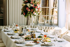 表用食物和花在婚礼 图库摄影