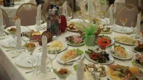 表用食物和饮料 与银器和玻璃器皿的承办酒席桌集合服务在餐馆在党面前 股票录像
