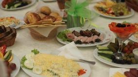 表用食物和饮料 与银器和玻璃器皿的承办酒席桌集合服务在餐馆在党面前 影视素材