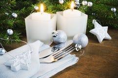 表的圣诞前夕餐位餐具 男孩节假日位置雪冬天 抽象空白背景圣诞节黑暗的装饰设计模式红色的星形 库存图片