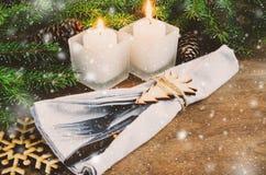 表的圣诞前夕餐位餐具 男孩节假日位置雪冬天 抽象空白背景圣诞节黑暗的装饰设计模式红色的星形 免版税图库摄影