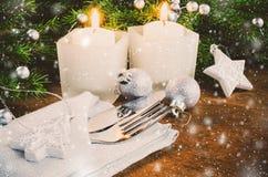 表的圣诞前夕餐位餐具 男孩节假日位置雪冬天 抽象空白背景圣诞节黑暗的装饰设计模式红色的星形 库存照片