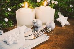 表的圣诞前夕餐位餐具 男孩节假日位置雪冬天 抽象空白背景圣诞节黑暗的装饰设计模式红色的星形 免版税库存图片