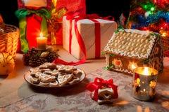 表的特写镜头设置了与圣诞节礼品 免版税库存图片