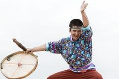 表示人与小手鼓的舞蹈家跳舞 10第17 20 2009 4000在灰威严的美好的圆锥形考虑的日放射爆发之上扩大了高度堪察加kamchatskiy km多数nw发生一彼得罗巴甫洛斯克照片被到达的俄国海运stratovolcano的koryaksky最新级别被找 免版税图库摄影