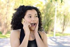 表示拉丁的妇女与开放嘴的惊奇,当谈话时 图库摄影
