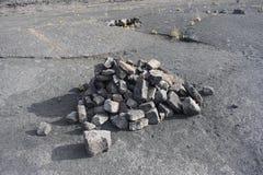 表示沿一个落寞石背景的岩石堆一串足迹 免版税图库摄影
