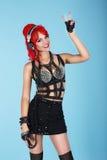 表示 有显示胜利的红色头发的迷人的时髦妇女签字 库存照片