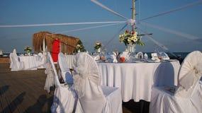 表被设定在海滩婚礼 免版税图库摄影