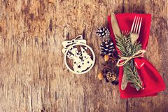 表设置了与一个冬天,圣诞节装饰 免版税图库摄影