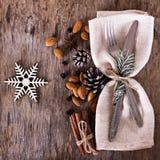 表设置了与一个冬天,圣诞节装饰 免版税库存照片