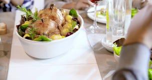 表设置了与鸡和土豆食物细节 四个愉快的真正的坦率的朋友一起喜欢吃午餐或晚餐在 影视素材