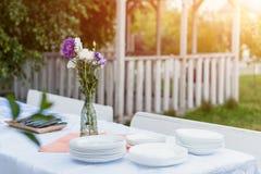 表设置户外食物庆祝集会概念 免版税库存照片