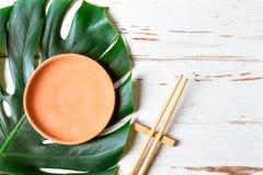 表设置筷子和陶瓷手工制造盘 亚洲概念食物 免版税图库摄影