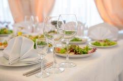 表设置,典雅的餐馆内部 免版税库存照片