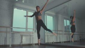 表达式自由 自由样式跳舞的少妇 股票视频