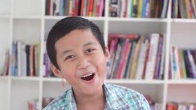 表达男性青春期前的学生他的成功 股票视频