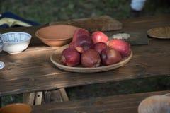 表集合用中古食物和供应 免版税库存图片
