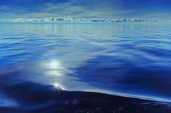 水表面上的波浪  免版税图库摄影