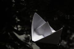 水表面上的纸小船航行 免版税库存照片