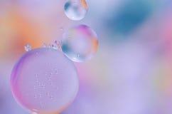 水表面上的色的油小滴 免版税库存图片