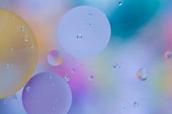 水表面上的色的油小滴 免版税图库摄影