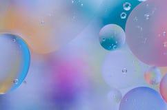 水表面上的色的油小滴 免版税库存照片