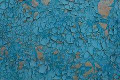表面上的蓝色油漆剥落,剥落并且从时间和自然元素崩裂了 库存照片