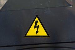 黑表面上的高压标志 图库摄影