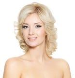 表面俏丽的微笑的妇女 免版税库存图片