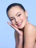 表面健康皮肤微笑的妇女 免版税库存图片