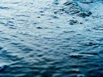 水表面关闭和选择聚焦与流程的挥动  免版税图库摄影