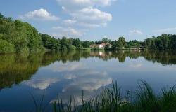 表面反映天空的池塘在 库存图片
