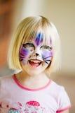 表面女孩她的被绘的年轻人 免版税库存图片
