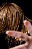 表面女性头发她隐藏的纵向年轻人 免版税图库摄影