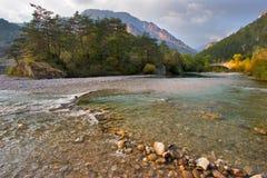 表面山的河 免版税库存图片