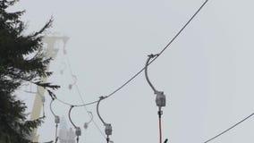 表面推力-缚住在滑雪胜地的运输 在有雾的天气的T酒吧系统 股票视频