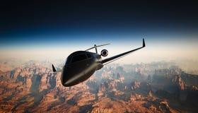 黑表面无光泽的豪华普通设计私人喷气式飞机飞行照片在天空的在地面下 全部背景的峡谷 库存图片