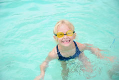 表面滑稽的矮小的游泳者 库存图片