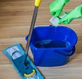 表面的消毒作用的胶凝体涌入一个桶用水 免版税库存照片