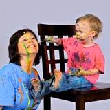 表面祖母她的油漆s小孩 免版税库存图片