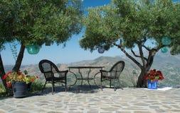 表,两把的椅子美丽的景色 免版税库存照片