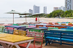 表,椅子,五颜六色的海边 库存照片
