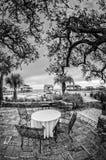 表&椅子在墨西哥湾海岸在B& W 免版税图库摄影