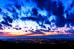 代表Iasi市的夜风景被照亮在晚上在罗马尼亚 从Bucium小山的看法 免版税库存照片