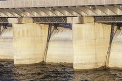 表Rock在密苏里山脉的湖水坝, MO 免版税图库摄影