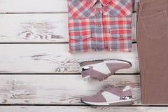 衬衣、裤子和运动鞋 免版税库存图片
