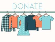 衬衣、运动衫和礼服在挂衣架 捐赠衣裳例证 免版税库存照片