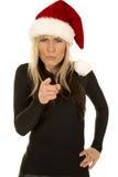 黑衬衣和圣诞老人帽子指向的妇女疯狂 免版税库存图片