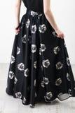 黑衬衣和裙子的Fashionista 免版税库存照片
